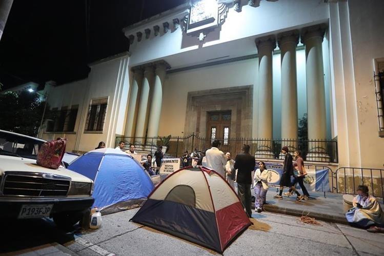Los médicos pasaron dos noches frente a Casa Presidencial, a la espera de ser atendidos por el presidente Jimmy Morales. (Foto Prensa Libre: Juan Diego González)
