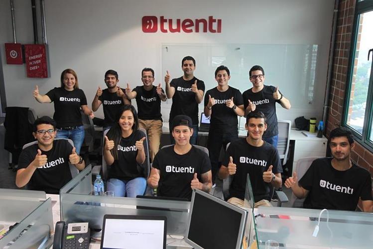 Directivos y personal dentro de las oficinas donde opera el servicio al cliente de la empresa de telefonía móvil prepago Tuenti en Guatemala. (Foto Prensa Libre: Esbin García)