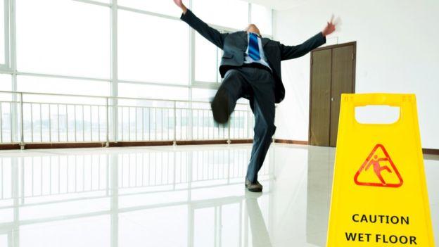 Si los pisos son resbalosos, se deben tratar con un producto antideslizante. (GETTY IMAGES)