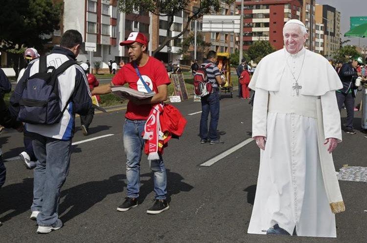 Varios productos con la imagen del papa Francisco son comercializados en las calles de Bogotá. (Foto Prensa Libre: EFE)