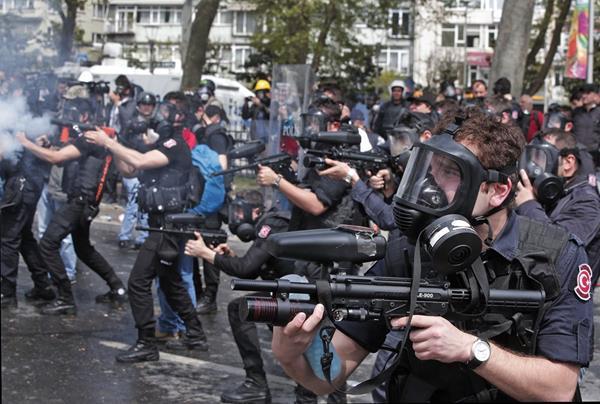 La Policía turca utiliza gases lacrimógenos para dispersar a los manifestantes en Estambul. (Foto Prensa Libre: AP).