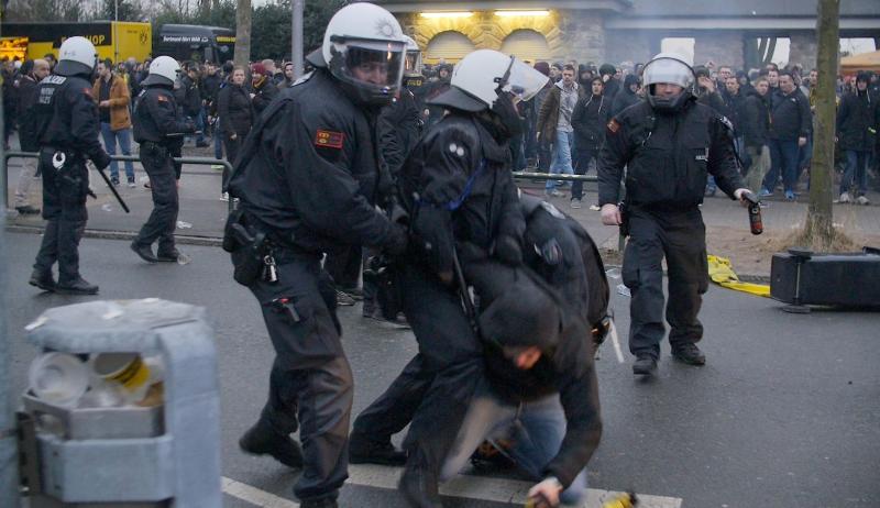 La seguridad debió detener a los aficionados del Borussia Dortmund. (Foto Prensa Libre: AFP)