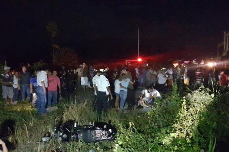 Socorristas acuden al lugar donde cuatro personas murieron en un accidente de tránsito en Puerto Barrios, Izabal. (Foto Prensa Libre: Dony Stewart)