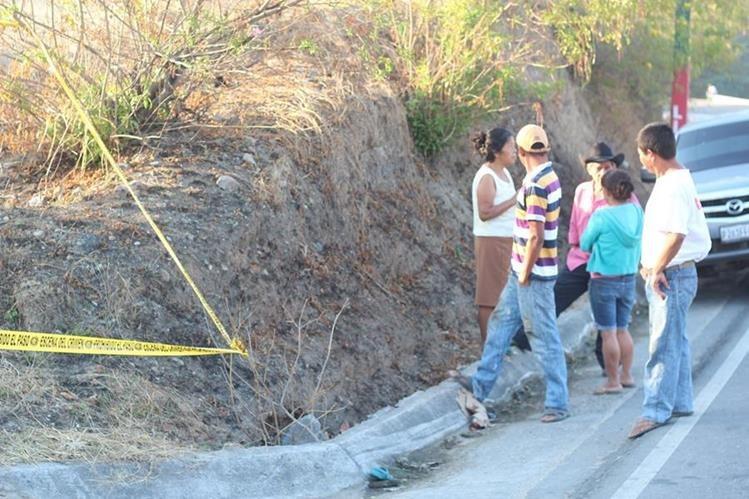 PNC resguarda lugar donde hallaron el cadáver de un hombre, en el km 167 de la ruta de Chiquimula a Zacapa. (Foto Prensa Libre: Edwin Paxtor)