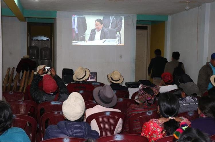 Familiares de víctimas del conflicto armado y autoridades indígenas de Nebaj observan y escuchan, por internet, la sentencia emitida en el caso de genocidio, en la capital. (Foto Prensa Libre: Héctor Cordero)