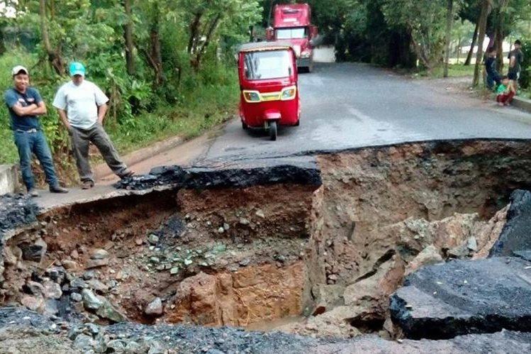 El paso en el km 237 de la ruta que conduce a Playa Dorada, Mariscos, Los Amates, Izabal, está colapsado. (Foto Prensa Libre: Dony Stewart)
