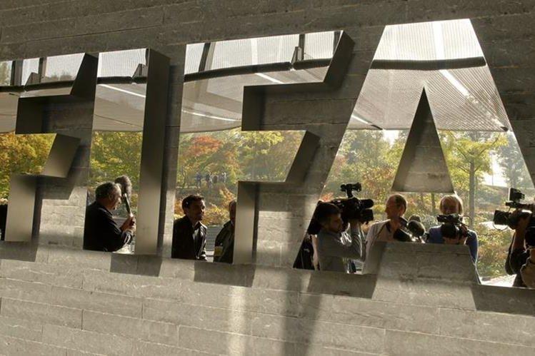 La FIFA sancionó a varias federaciones por el mal comportamiento de sus aficionados en los partidos de local. (Foto Prensa Libre: Hemeroteca)