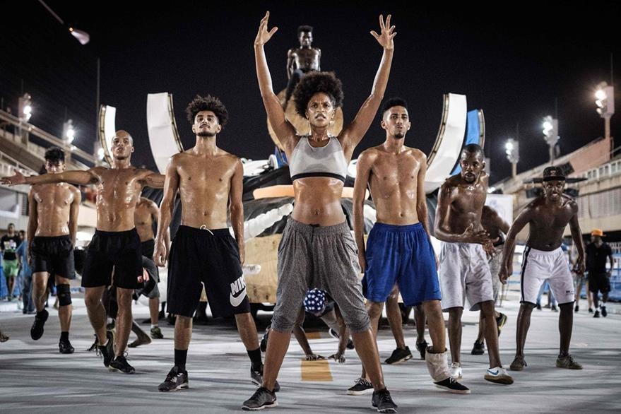 Un grupo ensaya una coreografía en Río de Janeiro. (Foto Prensa Libre: AFP)