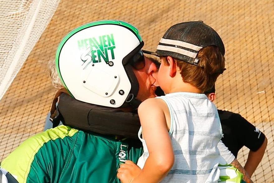 Aikins besa a su hijo luego de alcanzar la proeza. (Foto Prensa Libre: EFE).
