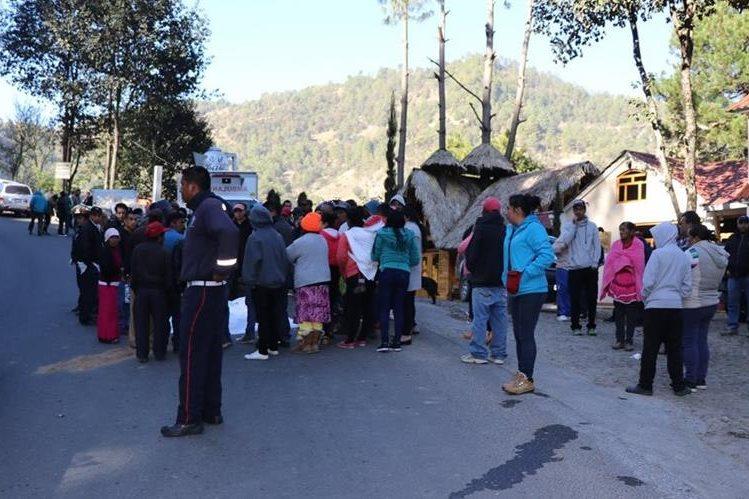 Familiares y vecinos llegan a identificar el cuerpo del maestro que murió al chocar contra un picop en Tejutla. (Foto Prensa Libre: Whitmer Barrera)