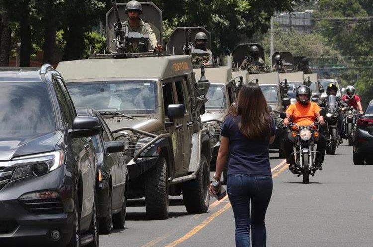 Este día una patrulla de 8 vehículos Jeep J8 patrullaron en diferentes puntos de la Ciudad de Guatemala.