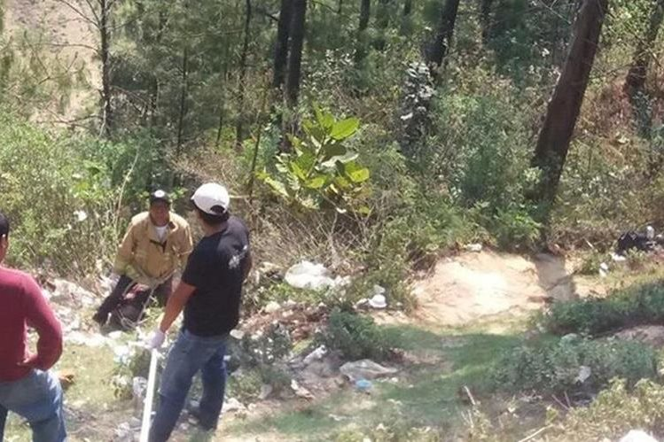 Socorristas rescatan el cadáver de Jonatán Ismael Marroquín, quien murió en un accidente de tránsito en Sololá. (Foto Prensa Libre: Ángel Julajuj).