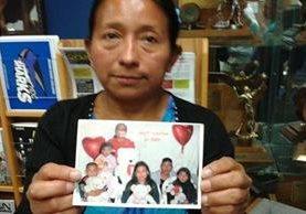 Lucía Quiej comparte una fotografía de su familia. (Foto Prensa Libre: Fernando Peinado Alcaraz)