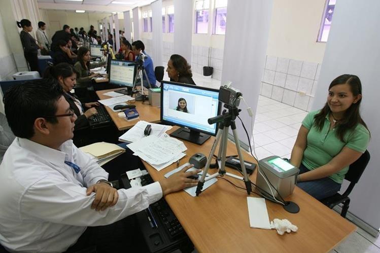 Renap tiene retardos de cuatro meses en entrega de DPI a personas. (Foto Prensa Libre: Hemeroteca PL)