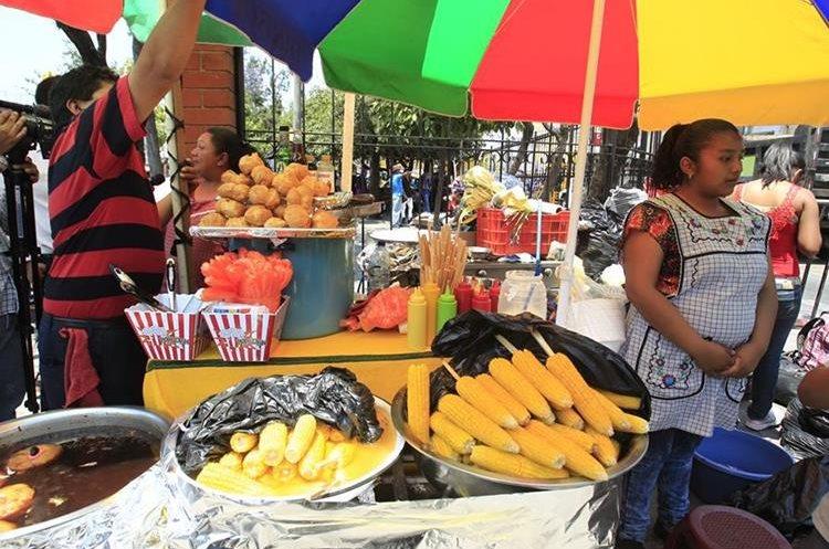 La comida típica también es común previo a la salida de procesiones. (Foto Prensa Libre: Carlos Hernández)