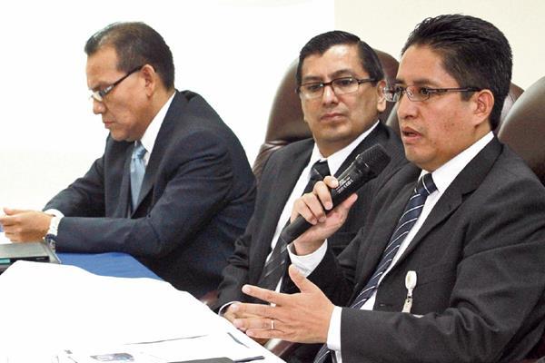 Élder Fuentes —al micrófono— jefe interino de la SAT, concluyó de manera abrupta la conferencia de prensa que ofreció ayer. Lo acompañan los intendentes Alfonzo Castillo y Rudy Pernilla.