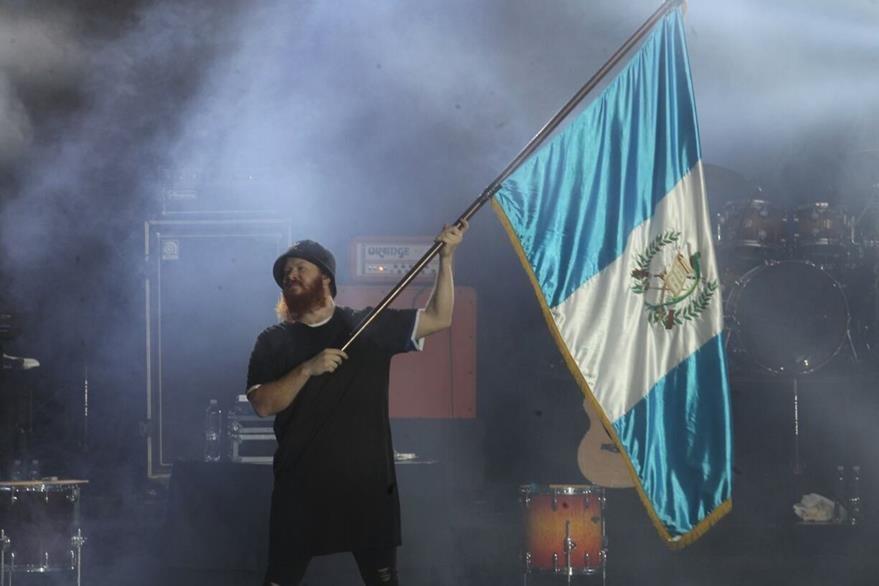 Uno de los integrantes de PlanetShaker ondeó la bandera de Guatemala. (Foto Prensa Libre: Josué De León)