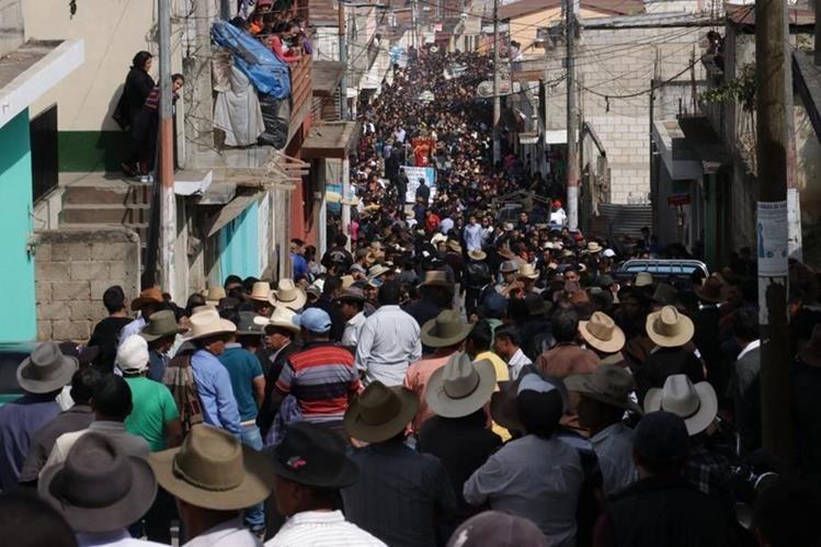 Miles de pobladores acompañaron el sepelio de la adolescente en San Andrés Itzapa. (Foto Prensa Libre: Víctor Chamalé)