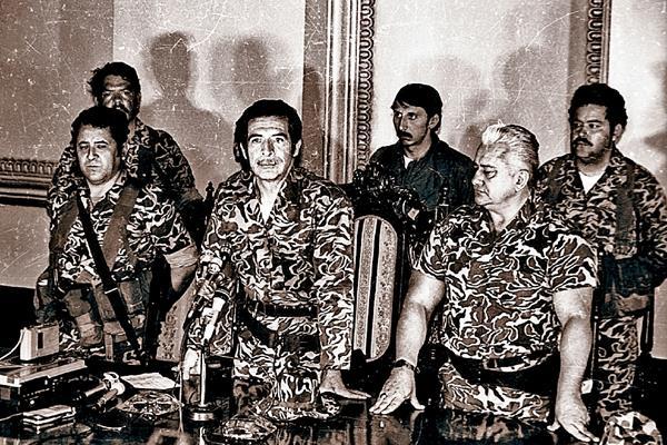 José Efraín Ríos Montt (centro), al momento de anunciar que se convierte en el jefe de gobierno. Lo acompañan el coronel Gordillo y el general Maldonado.