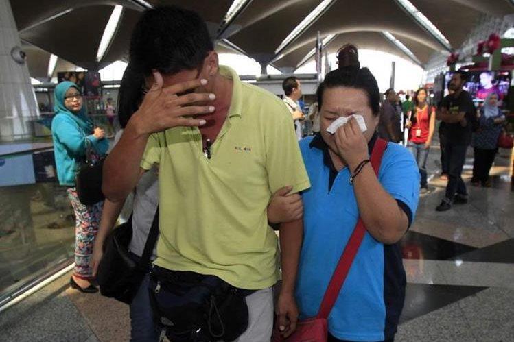 Familiares de los pasajeros lloran al enterarse que el avión perdió contacto con autoridades de aviación. (Foto Prensa Libre: AFP).