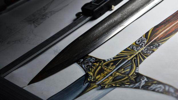 Lee fue la responsable del diseño de la enorme espada de Heartsbane. N LEE