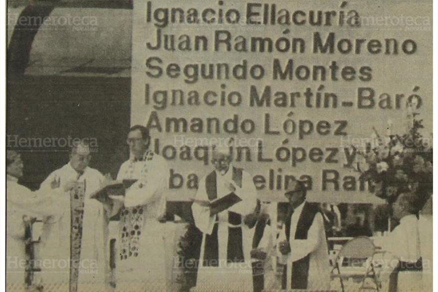 El obispo auxiliar de El Salvador, Arturo Rivera y Damas, oficia una misa en memoria de los seis jesuitas asesinados: (Foto: Hemeroteca PL)