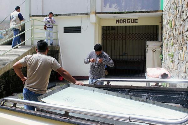 Trabajadores de una funeraria esperan el cadáver de Ramiro Cruz Arias, quien murió baleado en San Pedro Pinula, Jalapa. (Foto Prensa Libre: Hugo Oliva)
