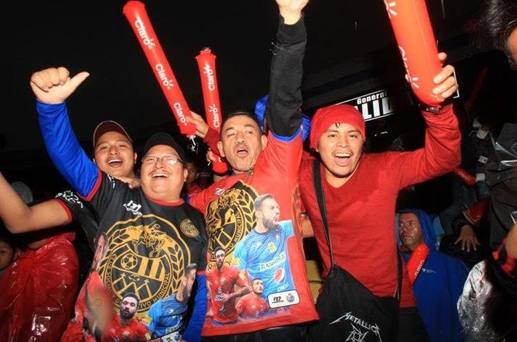La presencia de seguidores rojos en la final, dejó una buena ganancia al equipo. (Foto Prensa Libre: Carlos Vicente).