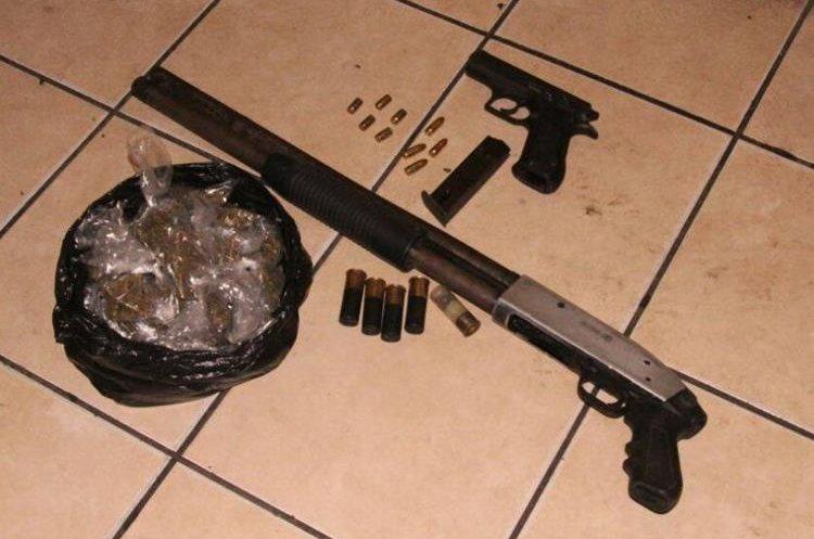 Armas, municiones y marihuana decomisadas a los presuntos delincuentes en Masagua, Escuintla. (Foto Prensa Libre: PNC).