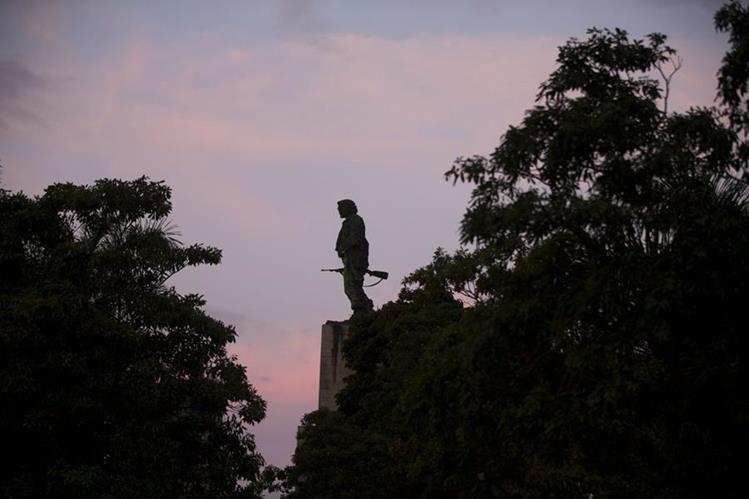 """El Sol se levanta en el monumento al héroe revolucionario Ernesto """"Che"""" Guevara donde las cenizas del líder cubano, Fidel Castro, partieron de Santa Clara el jueves. (Foto Prensa Libre: AP)."""