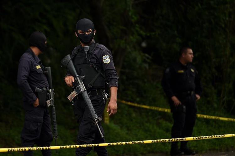 Policías salvadoreños resguardan una escena del crimen en San Salvador. (Foto Prensa Libre: AFP).
