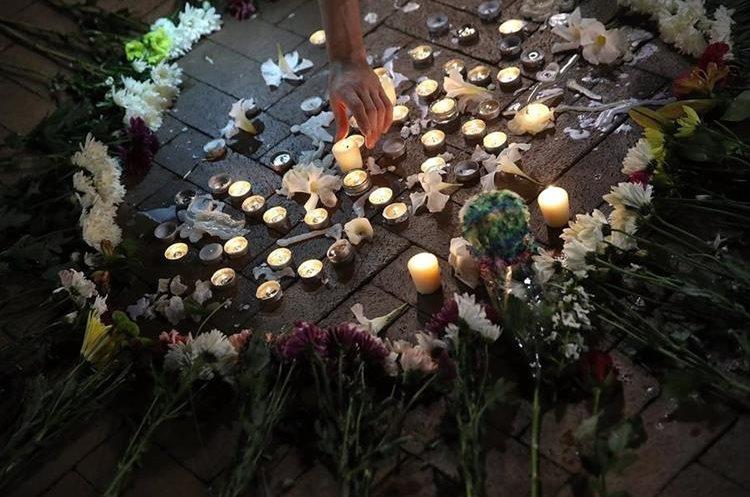 Velas en honor de víctimas de atropello en Virginia. (Foto Prensa Libre: AFP)