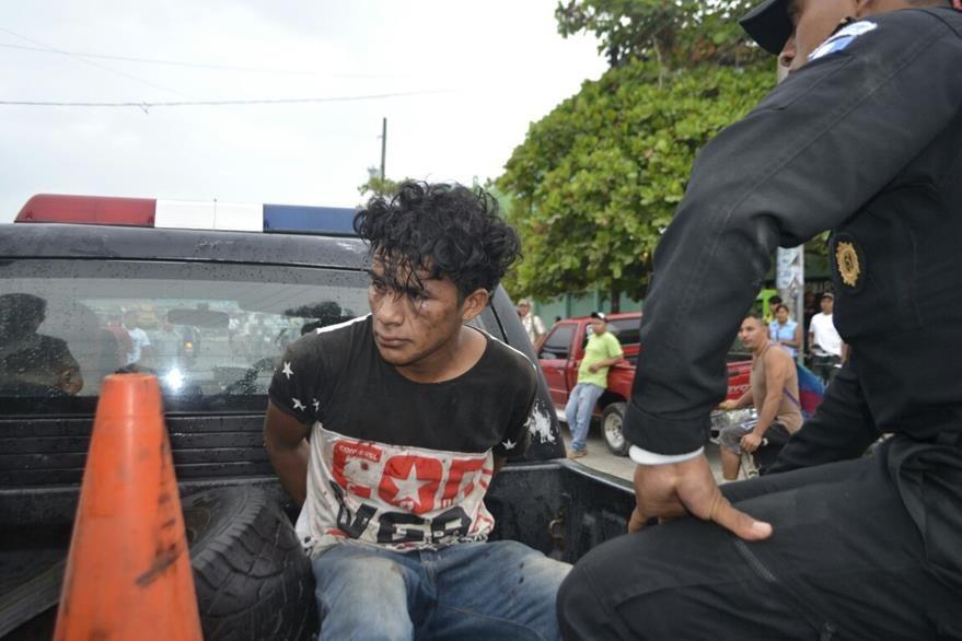 Edwin Enrique Rivera trasladado por la PNC de Puerto Barrios hacia un juzgado de la localidad. (Foto Prensa Libre: Dony Stewart)