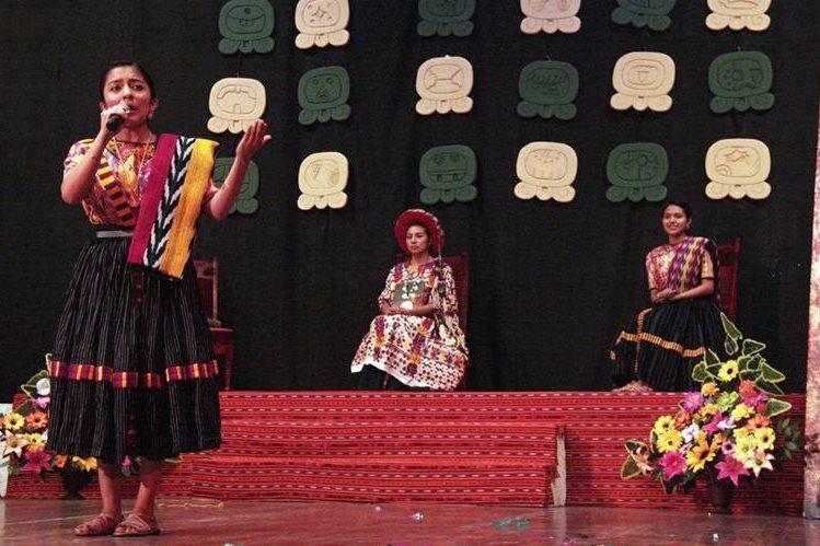 En el uso de la palabra Helen De Paz Enríquez, nueva Umial Tinimit Re Xelajuj No'j, en evento efectuado en Quetzaltenango. (Foto Prensa Libre: Carlos Ventura)