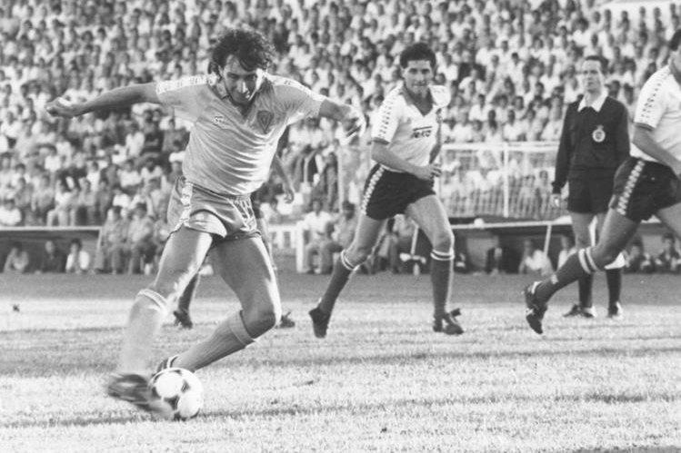 Jorge El Mágico González durante su mejor etapa. (Foto Prensa Libre: Hemeroteca PL)