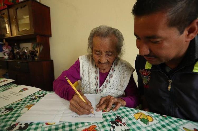 Matilde Colindres Flores recibe instrucciones de su maestro Edgar Mancio. (Foto Prensa Libre: Esbin García).