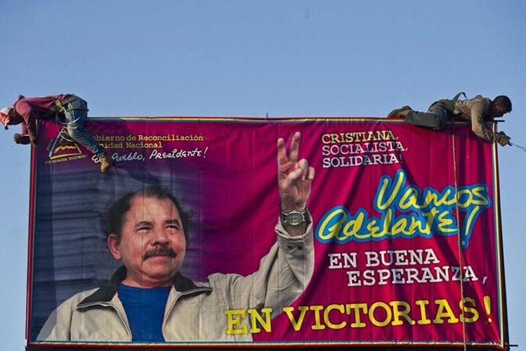 Una valla con la imagen de Daniel Ortega, presidente de Nicaragua, es remodelada por dos trabajadores a escasos meses de las Elecciones. (Foto Prensa Libre: AP).