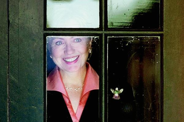 Clinton en una ventana de la Casa Blanca en diciembre de 2000. (Foto Prensa Libre: El País/AP).