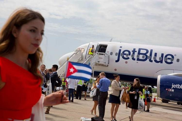 El avión de la aerolínea estadounidense Jet Blue llegó hoy a Cuba. (Foto Prensa Libre: EFE)