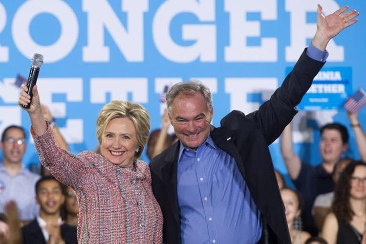 Hillary Clinton, junto a su compañero de fórmula, Tim Kaine. (Foto Prensa Libre: AFP).