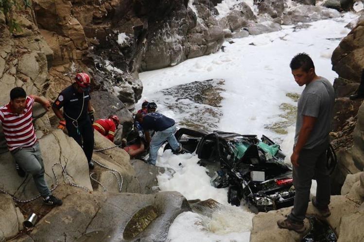 Un grupo de Bomberos Municipales rescató el cadáver un hombre, de 25 años, que cayó con su auto en un barranco en Palencia. (Foto Prensa Libre: CBM)