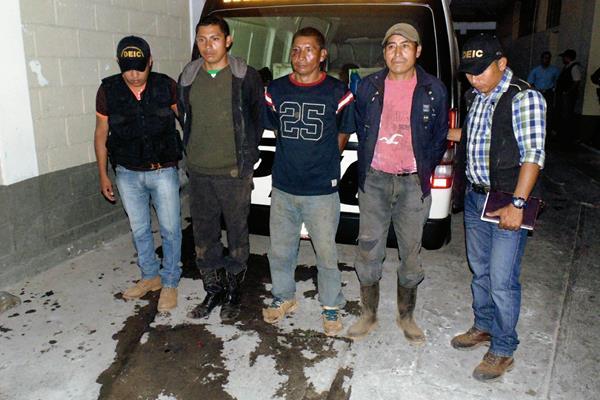 Los tres capturados permanecen en la sede de la comisaria 22 de Jalapa previo a ser enviados al presidio de hombres. (Foto Prensa Libre: Hugo Oliva)