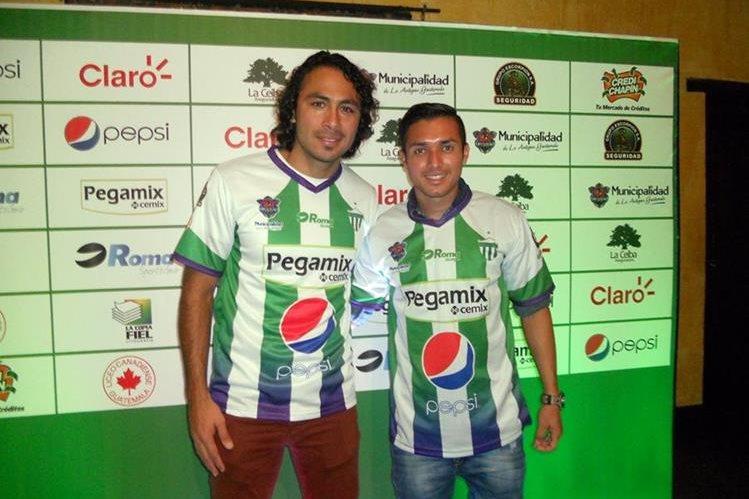 Agustín Herrera y Kendel Herrarte, se pusieron la camisola del Campeón Antigua GFC. (Foto Prensa Libre: Carlos Vicente)