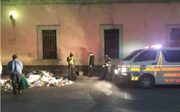 Empleados municipales hallan a recién nacido entre la basura, en la zona 1 de Huehuetenango, y llaman a los bomberos. (Foto Prensa Libre: Cuerpo de Bomberos Voluntarios)