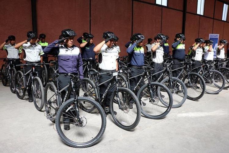 Parte del grupo de agentes que se graduó. (Foto Prensa Libre: Carlos Ventura).