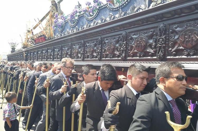 Fieles muestransu devoción en procesión de Jesús de las Tres Potencias. (Foto Prensa Libre: Oscar García)