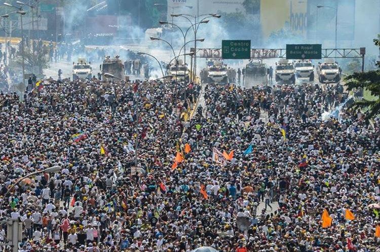 Las violentas protestas continúan en Venezuela. (Foto Prensa Libre: AFP)