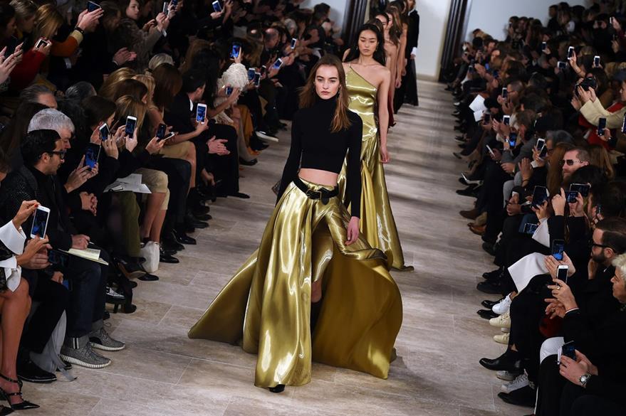 Ralph Lauren mostró faldas con telas que simulaban oro. (Foto Prensa Libre: AFP)