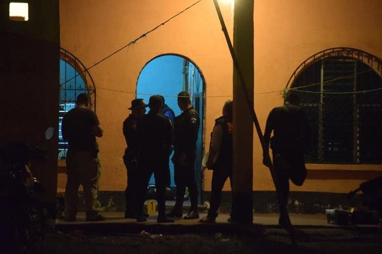 Agentes policiales recaban evidencias en la zona 5 de la cabecera de Escuintla, donde un hombre fue ultimado. (Foto Prensa Libre: Carlos E. Paredes)