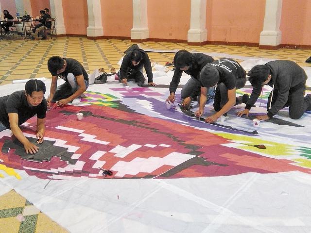 Jóvenes de la agrupación Happy Boys, de Sumpango, Sacatepéquez, elaboran un barrilete. (Foto Prensa Libre: Oscar Felipe)